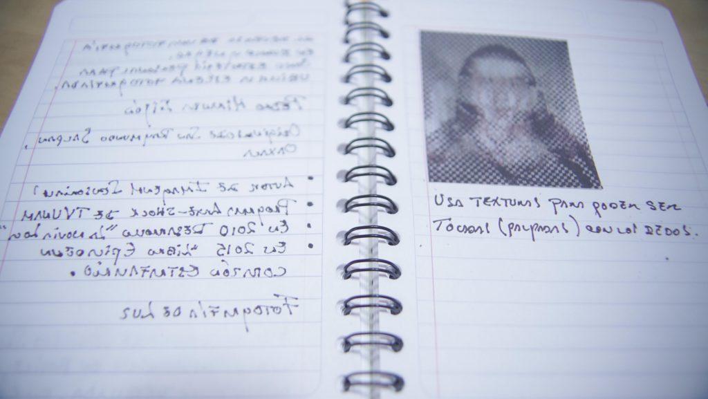 """es una libreta con una fotografía de pedro miranda, un fotógrafo oaxaqueño y está escrito """"usa textura para podes ser tocadas con los dedos"""""""