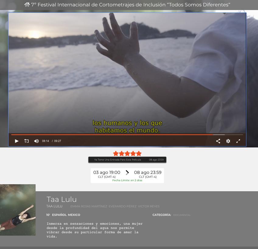 imagen del cortometraje taa lulu, es una captura de pantalla del video, en el video se ve el mar de fondo y frente a él un pequeño bebé, el bebé tiene agua en el brazo y el sol está de frente